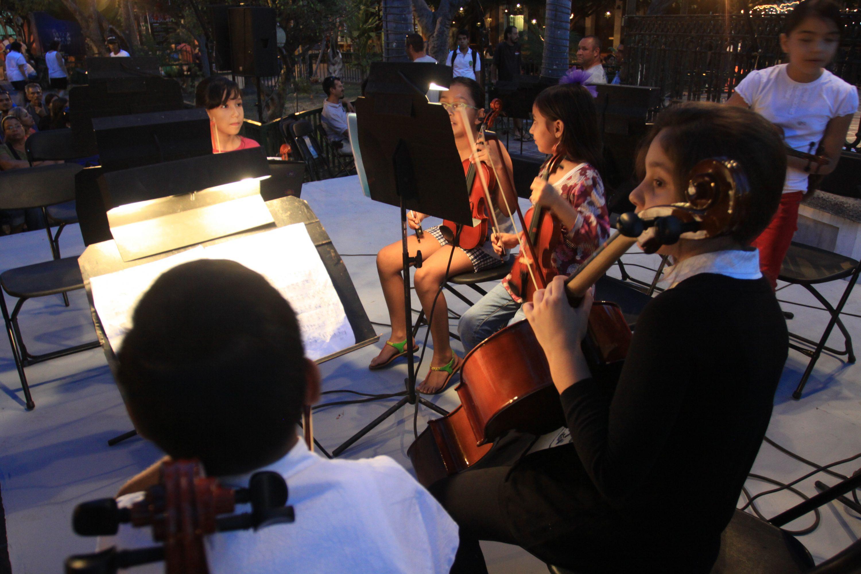 coro infantil de cuerdas en demostraciòn en el kiosko de la plazuela Machado