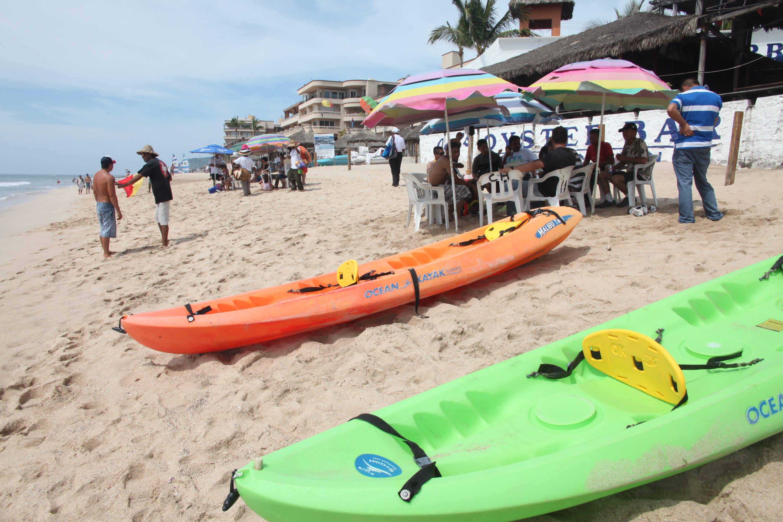 Turismo en el puerto en la playa y en la recepción y alberca del hotel Playas.